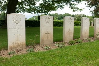 Lapugnoy Military Cemetery showing 2Lt. Cripps headstone 4th from left. | By Wernervc - Own work, CC BY-SA 3.0, https://commons.wikimedia.org/w/index.php?curid=32916507