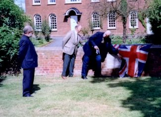 Descendants unveiling plaque commemorating Mayflower sailing